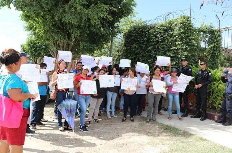 Durante la audiencia un grupo de mujeres se concentró frente al juzgado de femicidio en Santa Elena, Flores, para exigir justicia. (Foto Prensa Libre: Rigoberto Escobar)