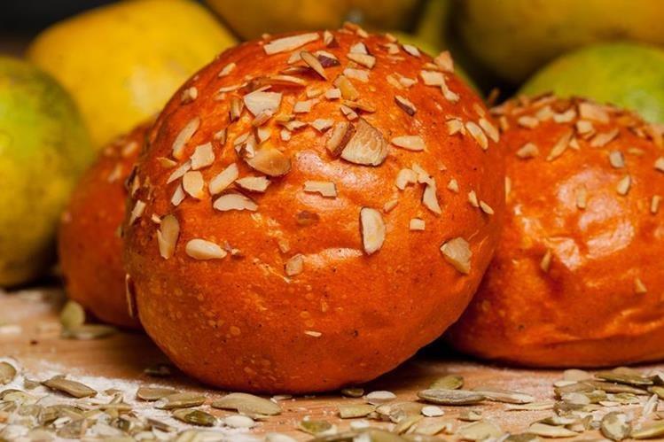 El pan de achiote y naranja es una excelente forma de darle un toque especial a sus sándwiches y hamburguesas. (Foto Prensa Libre: Juan Diego González).