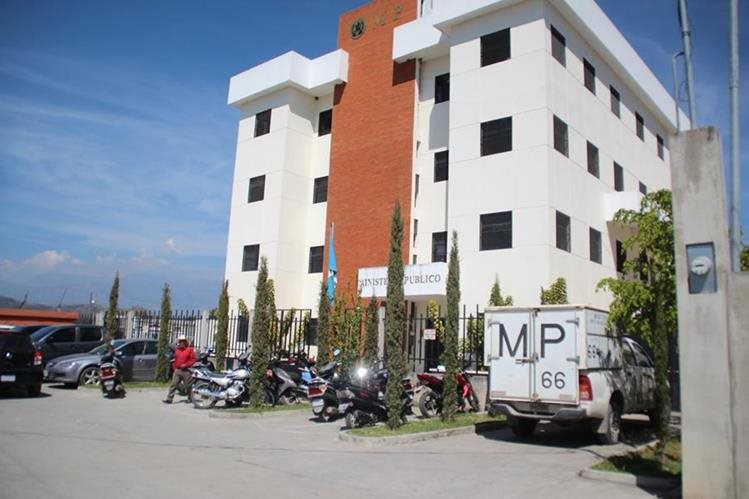 Los tres cadáveres fueron trasladados al edificio donde funciona la morgue en la ciudad de Huehuetenango. (Foto Prensa Libre).
