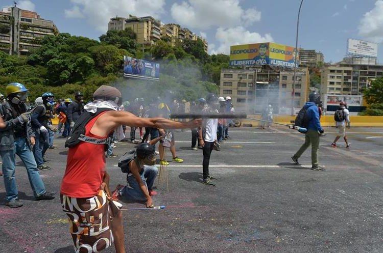 Los enfrentamientos no ceden en Venezuela. (Foto Prensa Libre: AFP)