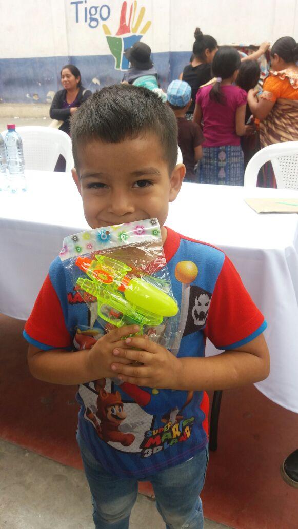 Un niño de San Miguel Dueñas, Sacatepéquez, muestra el juguete que recibió por parte de la esposa del presidente. (Foto Prensa Libre: Renato Melgar)