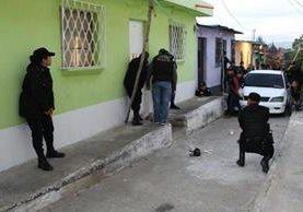 Agentes fiscales y de la policías allanan varias viviendas en busca de personas acusadas de extorsión. (Foto Prensa Libre: MP)