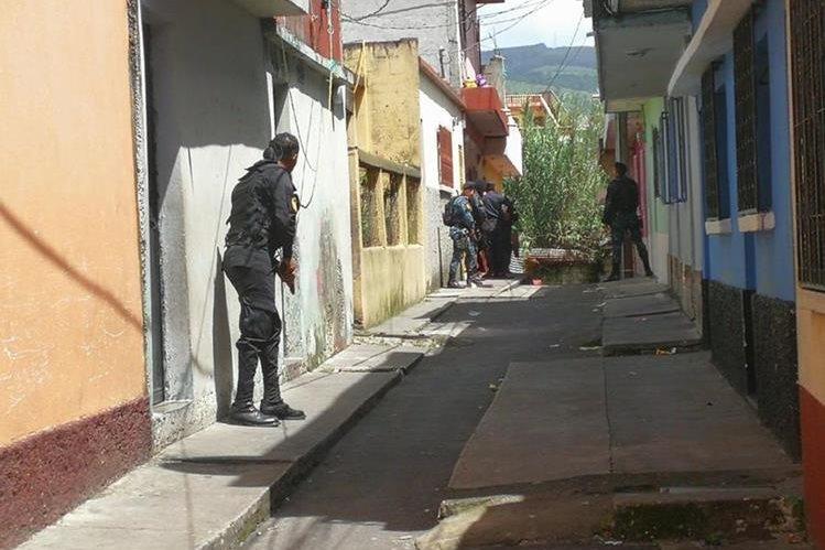 Policía durante operativo para capturar a los responsables. (Foto Prensa Libre: Estuardo Paredes)