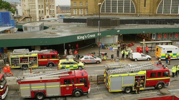 Camiones de bomberos fuera de la estación King