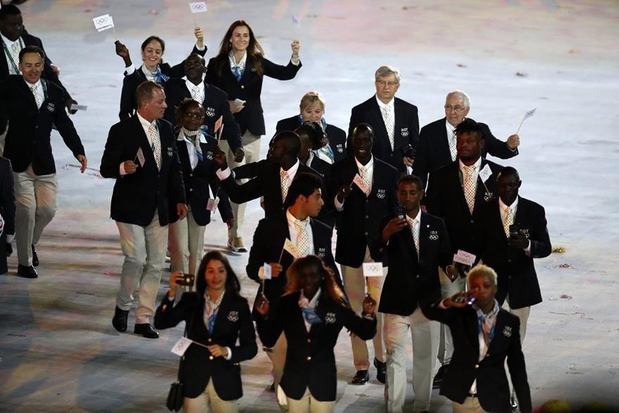 Atletas del Equipo Olímpico de Refugiados (ROT, por sus siglas en inglés) participan en la ceremonia inaugural de los Juegos Olímpicos Río 2016. (Foto: EFE)