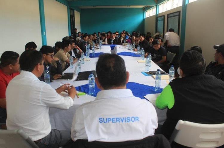 Líderes comunitarios y autoridades locales se reunieron con el director de Covial con el objetivo de buscar solución al problema. (Foto Prensa Libre: Ángel Julajuj)