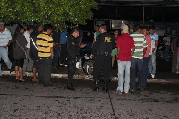 """<p>Curiosos y agentes policiales observan la motocicleta en la cual se conducían el joven y la mujer que fueron atropellados. (Foto Prensa Libre: Alexander Coyoy)<br _mce_bogus=""""1""""></p>"""