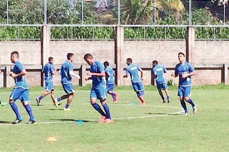 Los jugadores de la Selección Mayor de El Salvador se entrenan bajo la supervisión de Albert Roca. (Foto Prensa Libre. Twitter LaSelecta_SLV)