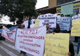 Pobladores durante la manifestación en el centro de Xela. (Foto Prensa Libre: Fred Rivera).
