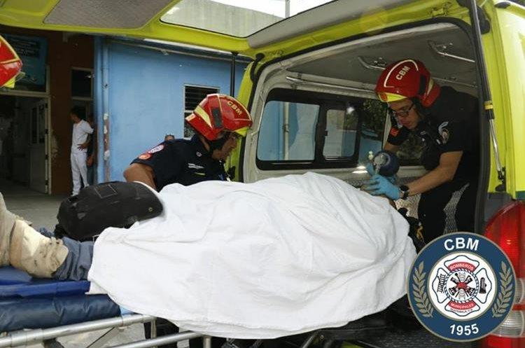El presunto asaltante al momento de ser ingresado a la emergencia del Hospital Roosevelt. (Foto Prensa Libre: Bomberos Municipales).