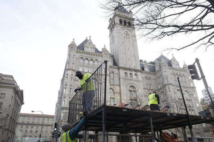 Trabajadores preparan el escenario junto al Capitolio.