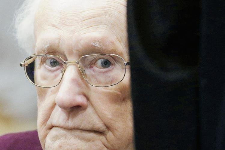 Oskar Gröning, el contable de Auschwitz, escucha la sentencia en su contra este 15 de julio de 2015 en Alemania. (Foto Prensa Libre: EFE).