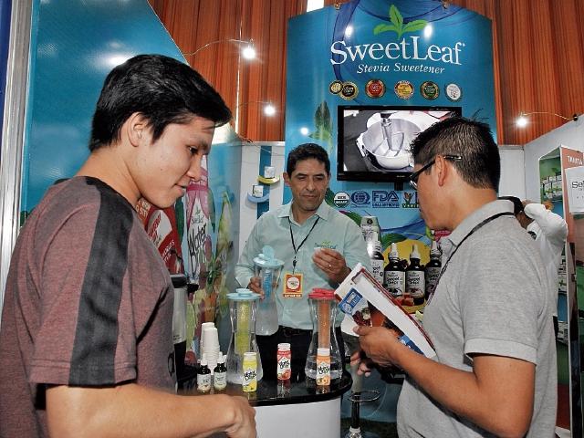 Edulcorante de sabores  ofrece la  marca SweetLeaf Stevia en Guatemala. Tienen diferentes  sabores como chocolate, vainilla, caramelo, limón, lima limón, explicó Georgina Bran, gerente de mercado de  Renovare, S. A., distribuidora de la marca para Centroamérica. También tienen una línea orgánica. La marca está  asociada a la  Liga de la Diabetes en EE. UU. (Foto PL: Paulo Raquec)