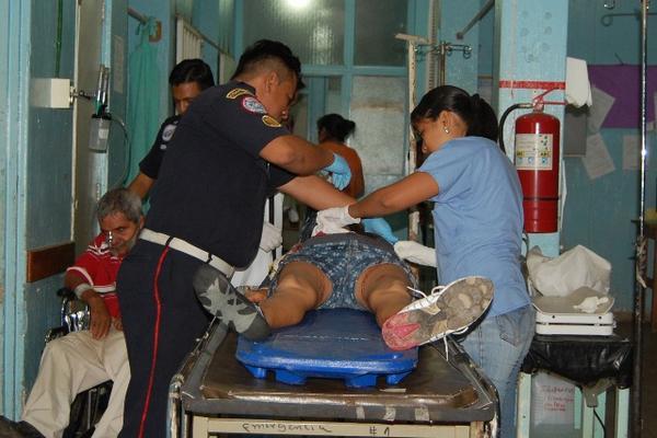 """<p>Socorristas trasladan a un hospital a la mujer herida de bala. (Foto Prensa Libre: Alex Coyoy)<br _mce_bogus=""""1""""></p>"""
