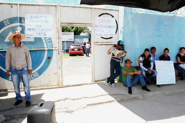 Salubristas sindicalizados cuidan la entrada al Área de Salud de Quiché, con sede en Santa Cruz del Quiché. (Foto Prensa Libre: Óscar Figueroa)
