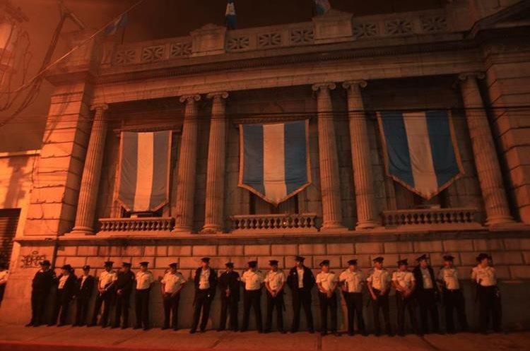 Decenas de policías custodian el Palacio Legislativo.