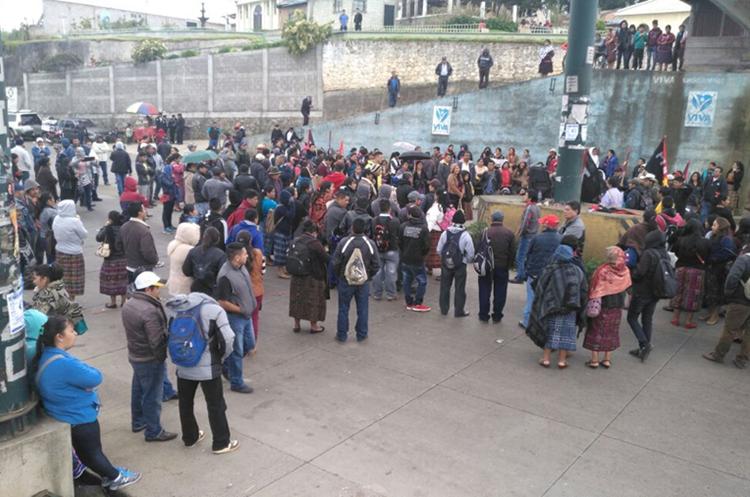 Manifestación en aldea Chupol, ruta Interamericana. (Foto Prensa Libre: Ángel Julajuj)