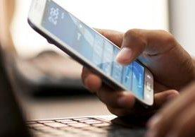 Cada vez más personas utilizan servicios de internet en sus teléfonos móviles. (Foto Prensa Libre: Hemeroteca PL)