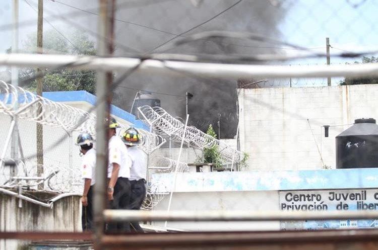 Columna de humo proveniente de adentro de correccional para menores. Varias motobombas igresaron para controlar el incendio. (Foto Prensa Libre: Érick Ávila)