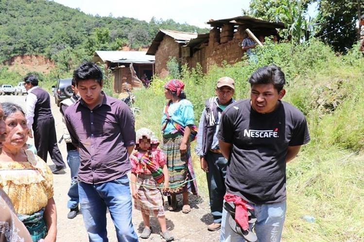 Los dos detenidos en Chuitzalic, San Pedro Jocopilas, Quiché, fueron amarrados de las manos antes de ser entregados a la Policía. (Foto Prensa Libre: Héctor Cordero)