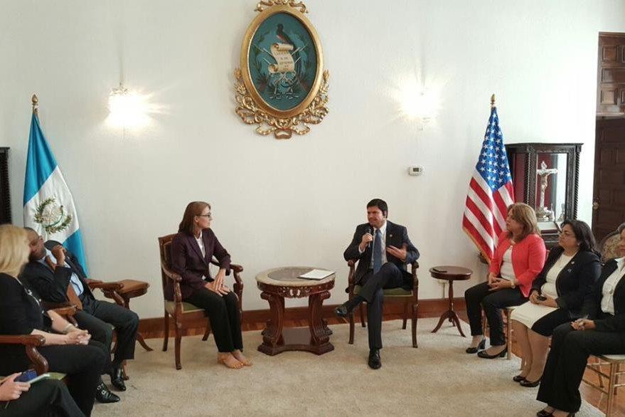 La subsecretaria, Sara Sewall se reunió con el presidente de la Corte Suprema de Justicia, Rafael Rojas. (Foto Prensa Libre: Organismo Judicial)