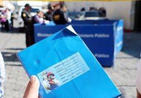 El cuaderno del pequeño José Daniel Díaz quedó en el lugar donde fue arrollado, en Xela, por un vehículo cuyo piloto huyó. (Foto Prensa Libre: Carlos Ventura)