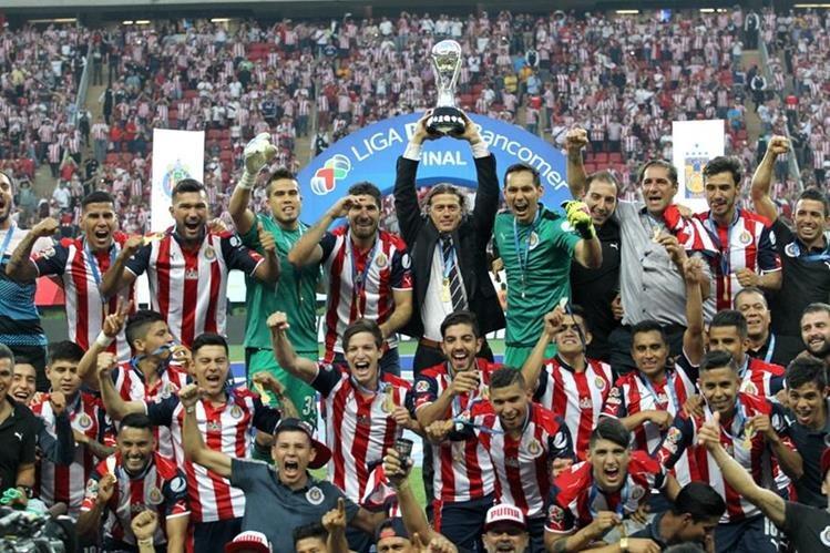 Las Chivas de Guadalajara volvieron a levantar un centro después de 11 años. (Foto Prensa Libre: AFP)