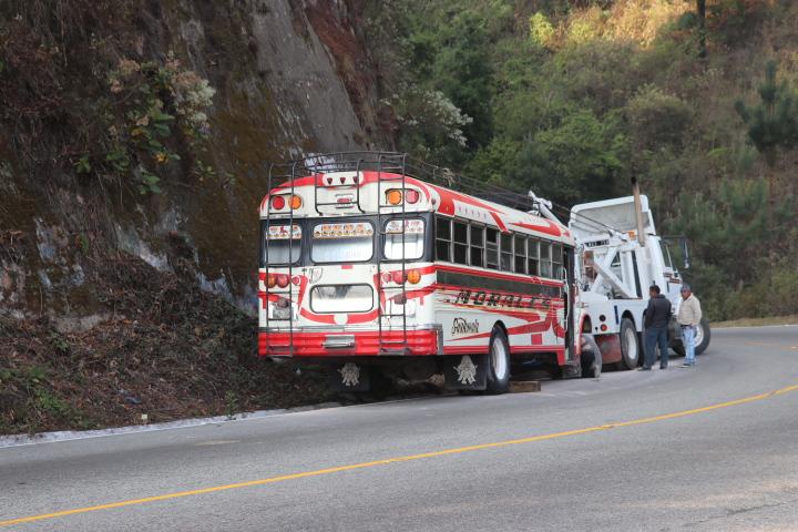 El bus en el que viajaba la familia tuvo una falla en los frenos y chocó contra un paredón. (Foto Prensa Libre: Héctor Cordero)