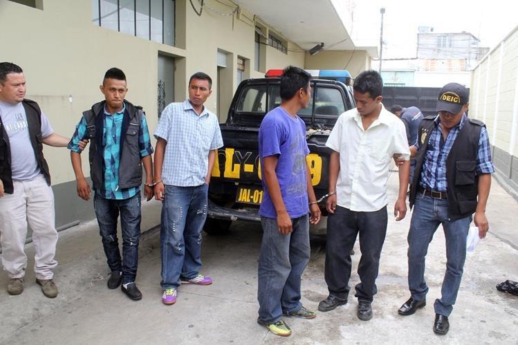 Los cuatro sujetos son llevados a la Comisaría 22 de la PNC en Jalapa. (Foto Prensa Libre: Hugo Oliva)