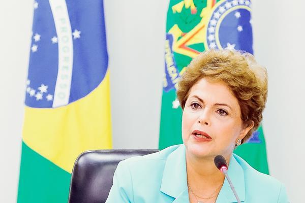 La presidenta Dilma Rousseff durante una reunión con representantes de los sindicatos en Brasilia. (Foto Prensa Libre:AFP).