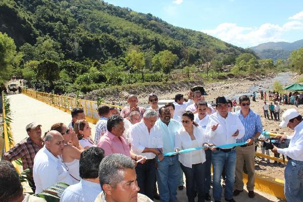 El mandatario Otto Pérez,  junto a alcaldes y líderes comunales,  inaugura  puente.