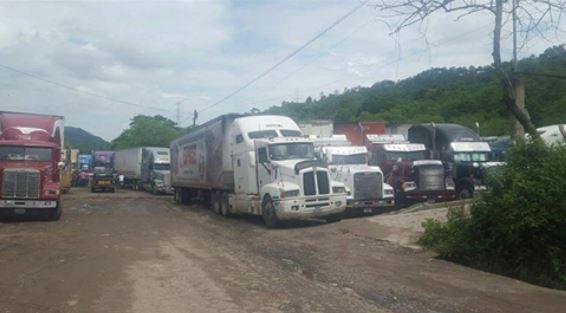 Gran cantidad de camiones y traileres  se encuentra varados en la frontera con Honduras, en la Aduana El Florido. (Foto, Prensa Libre: Cortesía)
