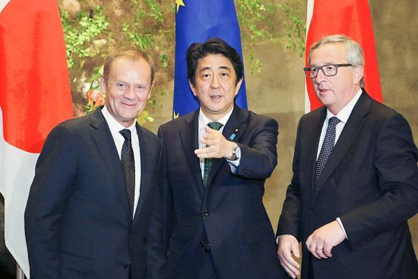 El presidente del Consejo Europeo, Donald Tusk (i); el presidente de la Comisión Europea, Jean-Claude Juncker (d), y el primer ministro japonés, Shinzo Abe, durante la reunión. (Foto Prensa Libre: EFE).