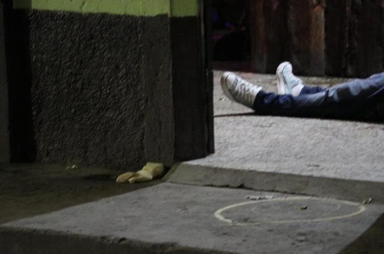 Fiscales del Ministerio Público encuentras casquillos de las balas en el interior de la cantina y cerca del cadáver. (Foto Prensa Libre: Víctor Chamalé)