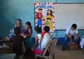"""<p>Niña recibe atención médica en la jornada efectuada en El Asintal, Retalhuleu. (Foto Prensa Libre: Jorge Tizol) <br _mce_bogus=""""1""""></p>"""