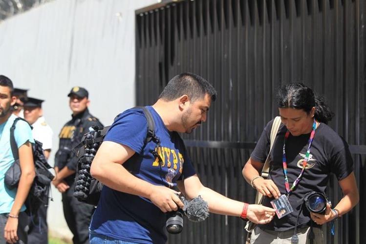 Rodrigo Polo exige a los foto periodistas sus credenciales de prensa durante manifestación de hoy frente a la Cicig. (Foto Prensa Libre: Cortesía)