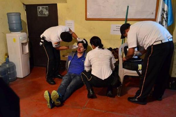 <p>Socorristas voluntarios atienen al piloto del vehículo que impactó a una de sus unidades. (Foto Prensa Libre: CVB)</p>