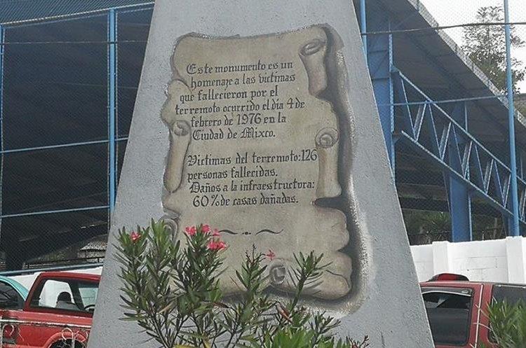 Leyenda en uno de los laterales de monumento estilo pirámide. (Foto Prensa Libre: Óscar Felipe Quisque)
