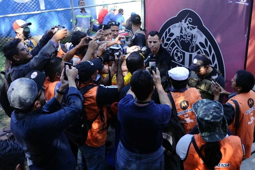 Marco Pappa acaparó la atención de los medios de comunicación. (Foto Prensa Libre: Francisco Sánchez)