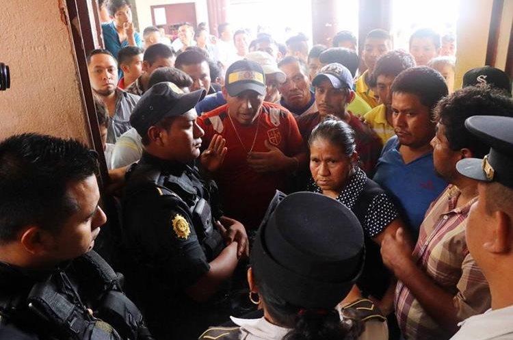 El traslado se debe a que en el lugar donde se encuentran no es seguro. (Foto Prensa Libre: Rolando Miranda)