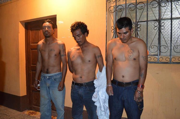 Los tres sujetos son llevados a una subestación de la PNC en Totonicapán. (Foto Prensa Libre: Édgar Domínguez)