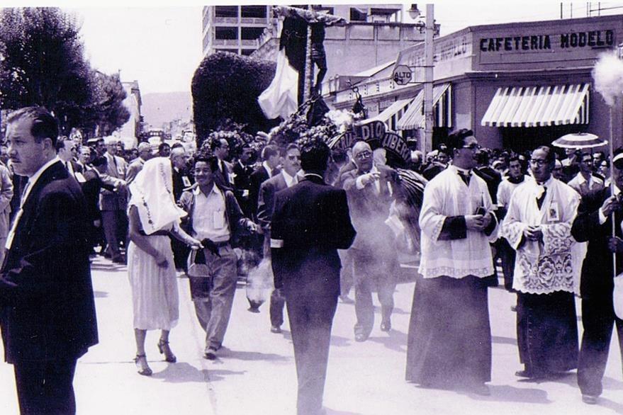 Procesión del Cristo Negro organizada por el arzobispo Rossell el 3 de julio de 1954, cuando llegó Castillo Armas. (Foto: Internet)