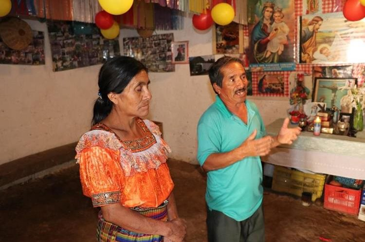 Encarnacion Matzar y Serendina Aguilar, padres de Sandra. Foto Prensa Libre: Héctor Cordero.