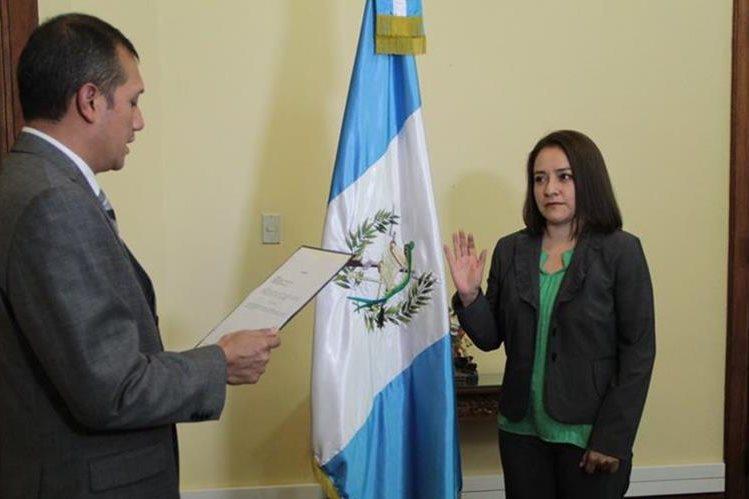 Karen Cecilia García Vargas, es juramentada como directora de Migración por el ministro de Gobernación, Francisco Rivas Lara. (Foto Prensa Libre: Mingob)