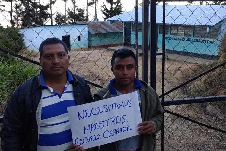 Padres de familia de la Escuela Oficial Rural Mixta de los Limarcitos, San Pedro Pinula, Jalapa, aseguran que el establecimiento está cerrado por la falta de maestros. (Foto Prensa Libre: Hugo Oliva)