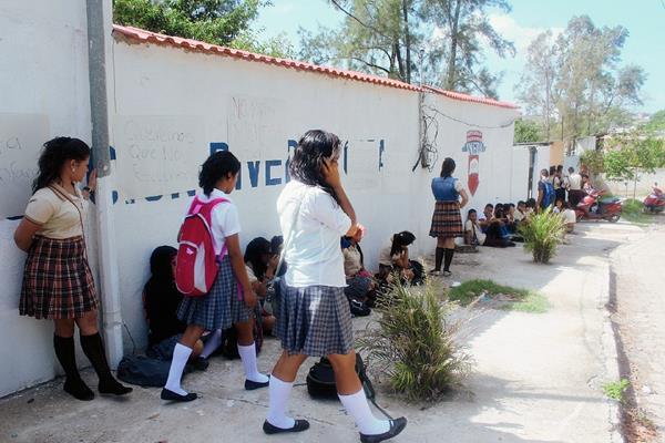 Alumnos del INEDI en la cabecera de Jutiapa, manifestaron frente al establecimiento en contra de la directora. (Foto Prensa Libre: Óscar González)
