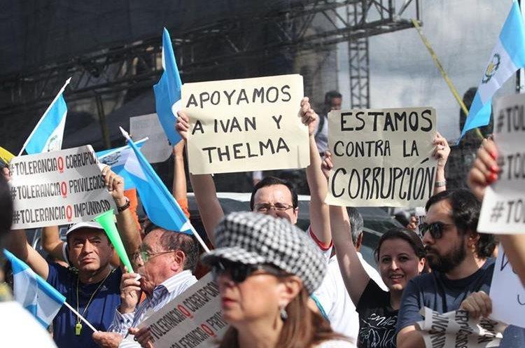 Durante la protesta se observan carteles de apoyo a la fiscal general Thelma Aldana.