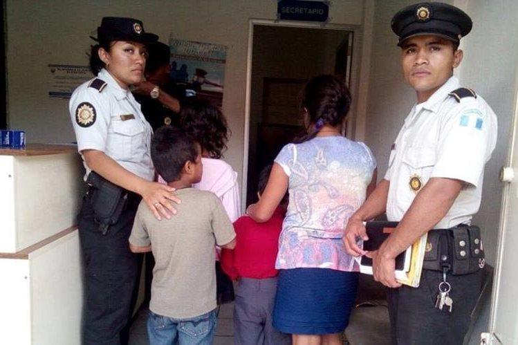 Agentes de la PNC custodian a niños que fueron rescatados. (Foto Prensa Libre: PNC).