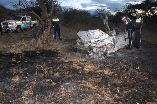 El vehículo P-518BGN se incendió luego de chocar contra un árbol en la aldea Las Crucitas, Jutiapa.  (Foto Prensa Libre: Óscar González)
