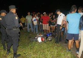 Agentes de la Policía Nacional Civil, acordonan la escena donde quedaron las motocicletas involucradas en el hecho de tránsito. (Foto Prensa Libre: Rolando Miranda)